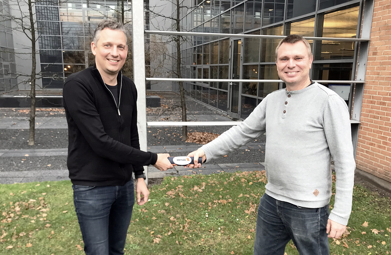 Anders Harbo Thomsen and Lars Moltsen doing a COVID19-friendly handshake